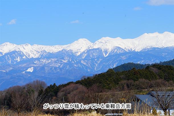 雪の積もった新穂高方面の山