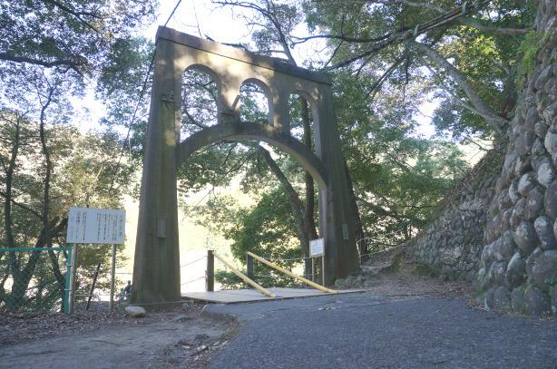 32-19吊り橋帰りの門